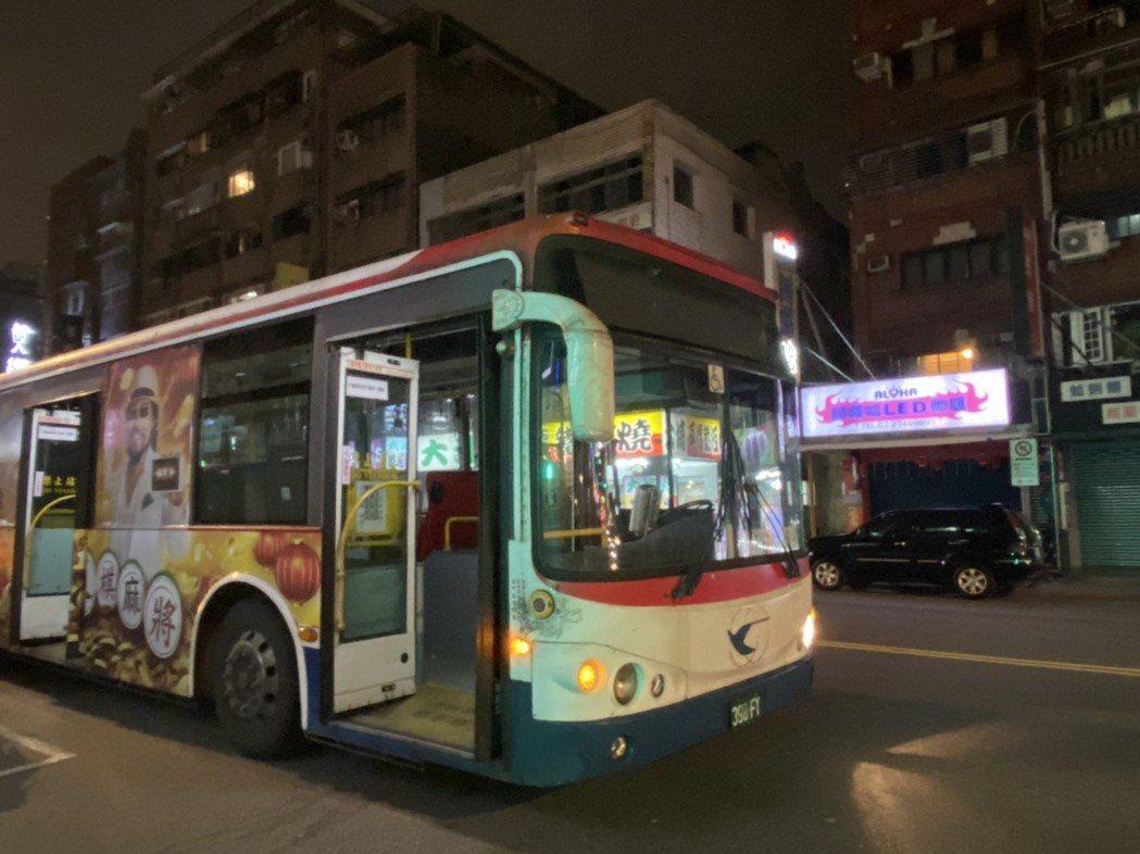 追撞小甜甜車子的公車。圖/小甜甜提供