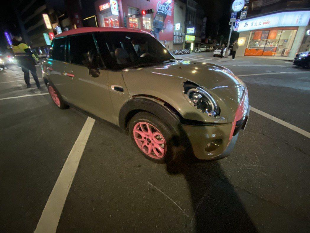 小甜甜的車右邊被撞。圖/小甜甜提供