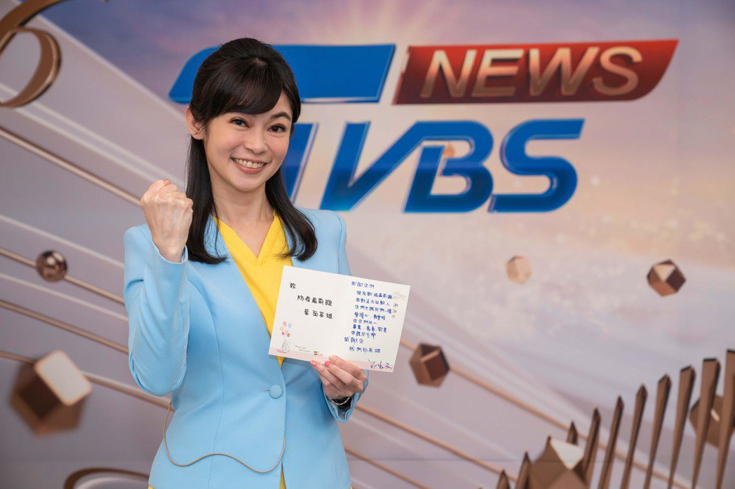 TVBS主播鄭凱云寫卡片為前線防疫人員打氣。圖/TVBS提供