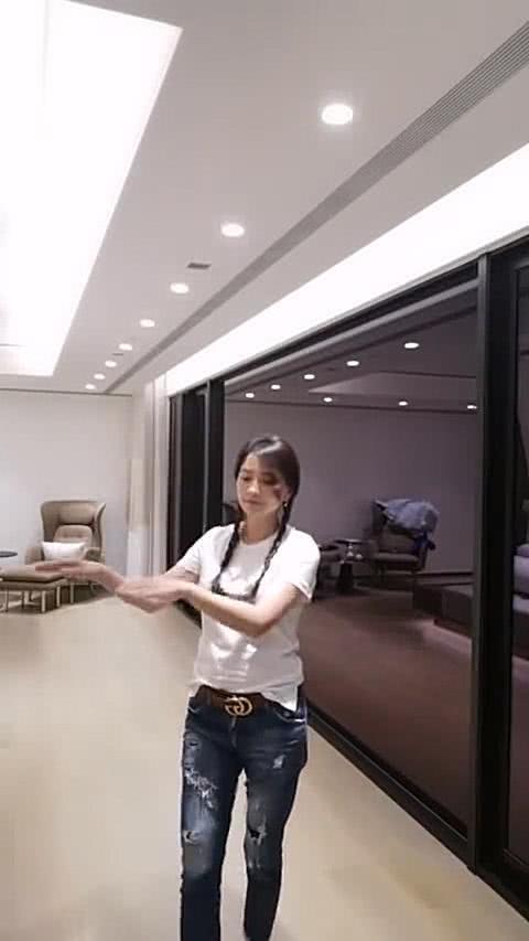 張庭po出視頻跳舞,網友除了讚美她是童顏也歪樓她家真是豪宅。圖/摘自微博