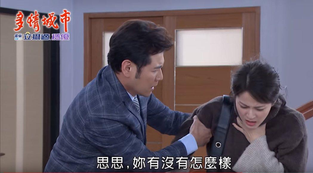蘇晏霈(右)遭掐脖,陳熙鋒趕緊上前詢問。圖/民視提供