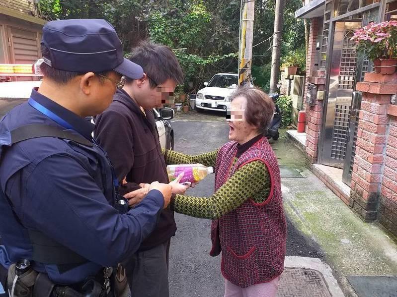 葉男家屬見他平安返家,激動得向警方頻頻道謝。圖/警方提供