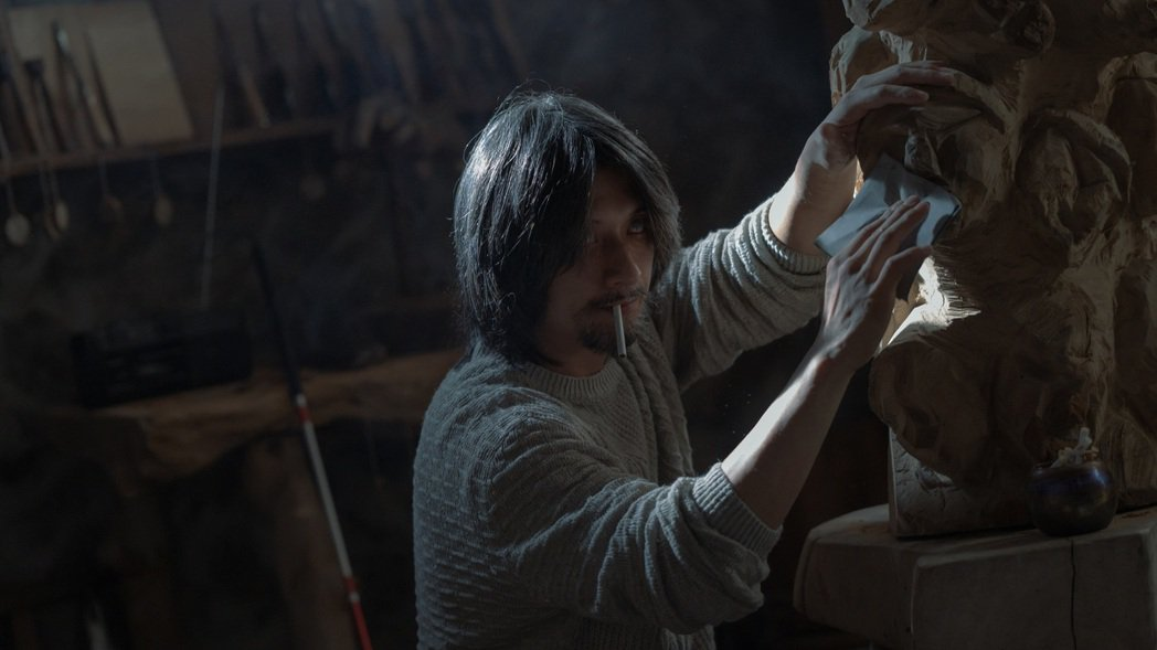鄭人碩在劇中飾演盲人木雕藝術家,為戲學習木雕技巧,練到手都長繭。圖/Netfli...