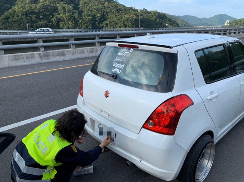 蘇花改車牌辨識系統去年7月上路,到今年1月底偵測到700輛車牌被註銷的「幽靈車」,其中299輛被警方攔下,當場拔牌。 圖/宜蘭監理站提供