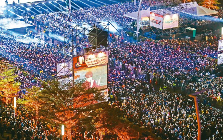 防疫期間,萬人演唱會盛況將成絕響;圖為台北市去年跨年晚會。 圖/聯合報系資料照片