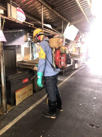 因應新冠肺炎疫情,北市環保局清潔隊消毒班最近消毒任務也暴增。圖/環保局提供