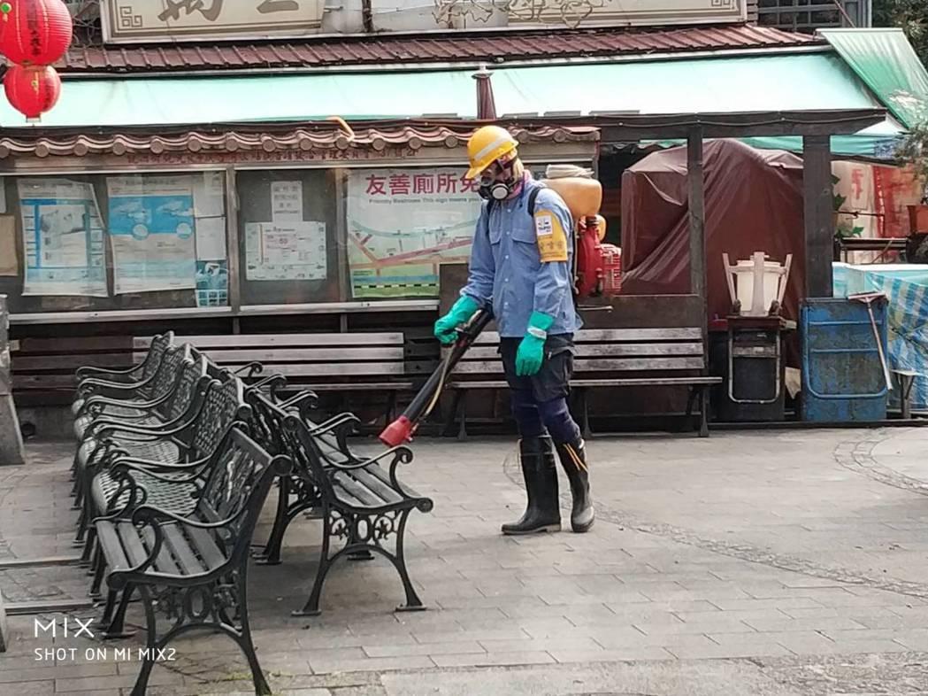 清潔隊消毒班工作大增,過程也體驗了人情冷暖。圖/北市環保局提供