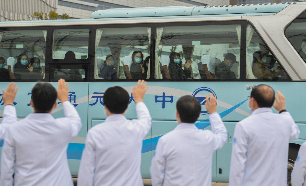 浙大醫學院附屬第一醫院醫務人員,3月1日為即將隔離休養的醫護人員送行。 (中新社...