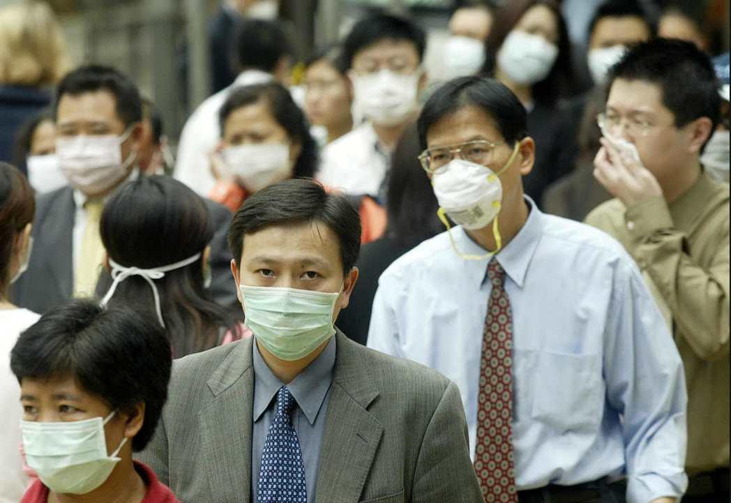 2003年SARS肆虐香港,當時香港街頭人人戴上口罩。 (法新社)