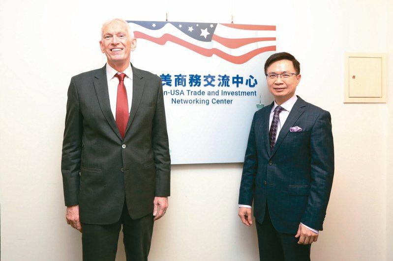 美國在台協會理事主席莫健(左)拜訪貿協董事長黃志芳。 貿協/提供