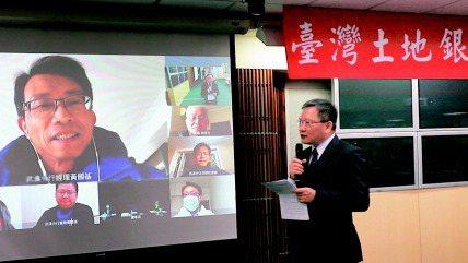 土銀國外部每天都透過電話、視訊等方式和中國大陸分行的同仁聯繫,充分掌握身體狀況。...