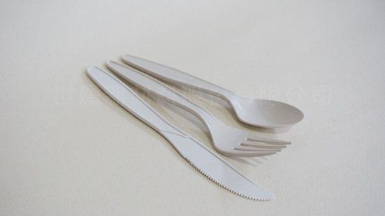 採用竹粉製成的塑膠刀、叉、湯匙等餐具。 世農公司/提供
