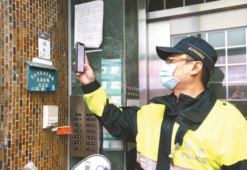 大安分局員警到立法院長游錫堃住家周邊巡邏掃碼簽到。 記者林澔一/攝影