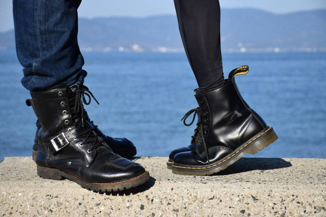日本有男網友借妹妹的黑色皮靴拍攝偽放閃照片,效果幾可亂真。(Twitter帳號「