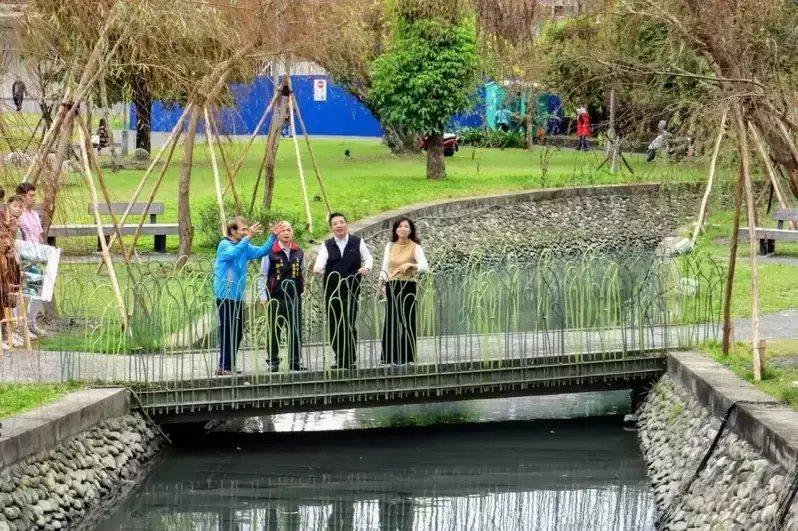 宜蘭市護城河邊栽種垂柳,倒映水面美景,市公所把詩情畫意的「八千代川」找回來了。 ...
