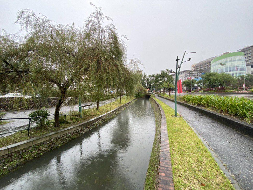 宜蘭市舊護城河加蓋成為馬路後,縣政府與市公所近年來,重續陸續新護城河,讓城區有新...