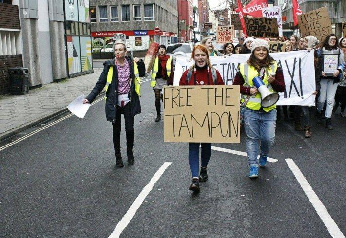 女性上街抗議政府對生理用品課稅。 圖/Sonny Barthley