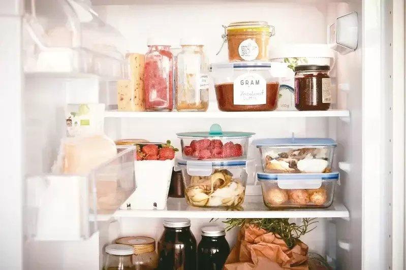 善用收納盒將食材依類型或保存期限分類,也能疊放增加收納空間。 圖/IKEA提供