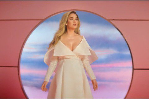 凱蒂佩芮(Katy Perry)新單曲〈Never Worn White〉MV於今日公開,她在MV最後穿著薄紗裙入鏡,讓人驚喜的是,畫面中可見明顯孕肚,而凱蒂佩芮隨後也認了喜訊,預產期就在今年夏天。...