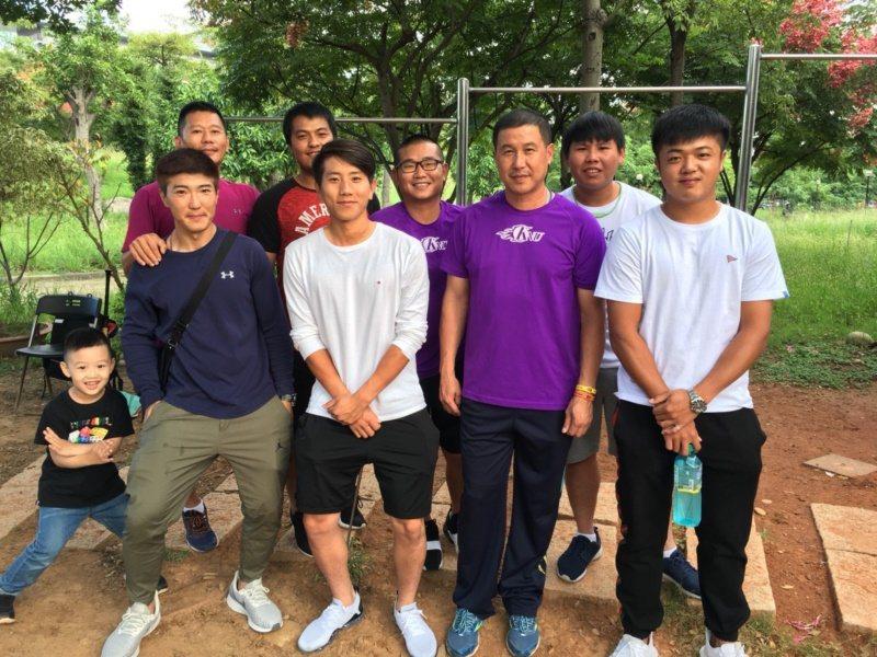 郭李建夫在開南大學棒球隊當總教練,培育不少棒球好手,學生們畢業後還帶著孩子到球場...
