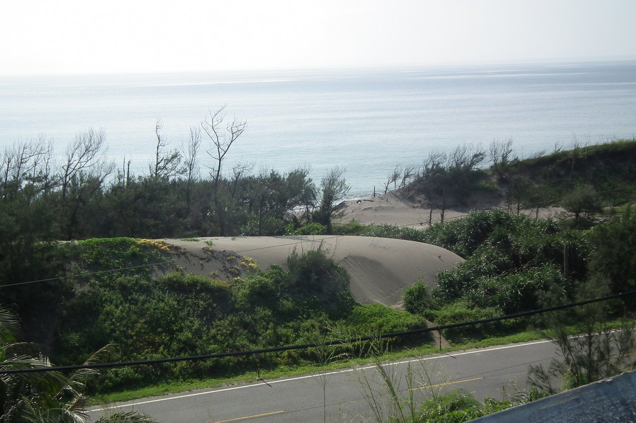 隱藏在達仁鄉南田村的「風飛沙」,是東部海岸唯一的風積地形。 圖/尤聰光 攝影