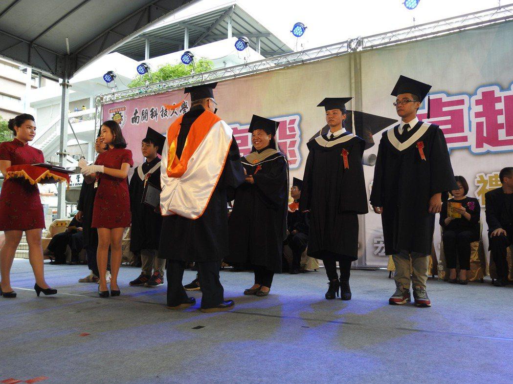 3年前南開科技大學畢業典禮,60歲學生莊淑香上台領取她人生中的第二個碩士學位。 ...