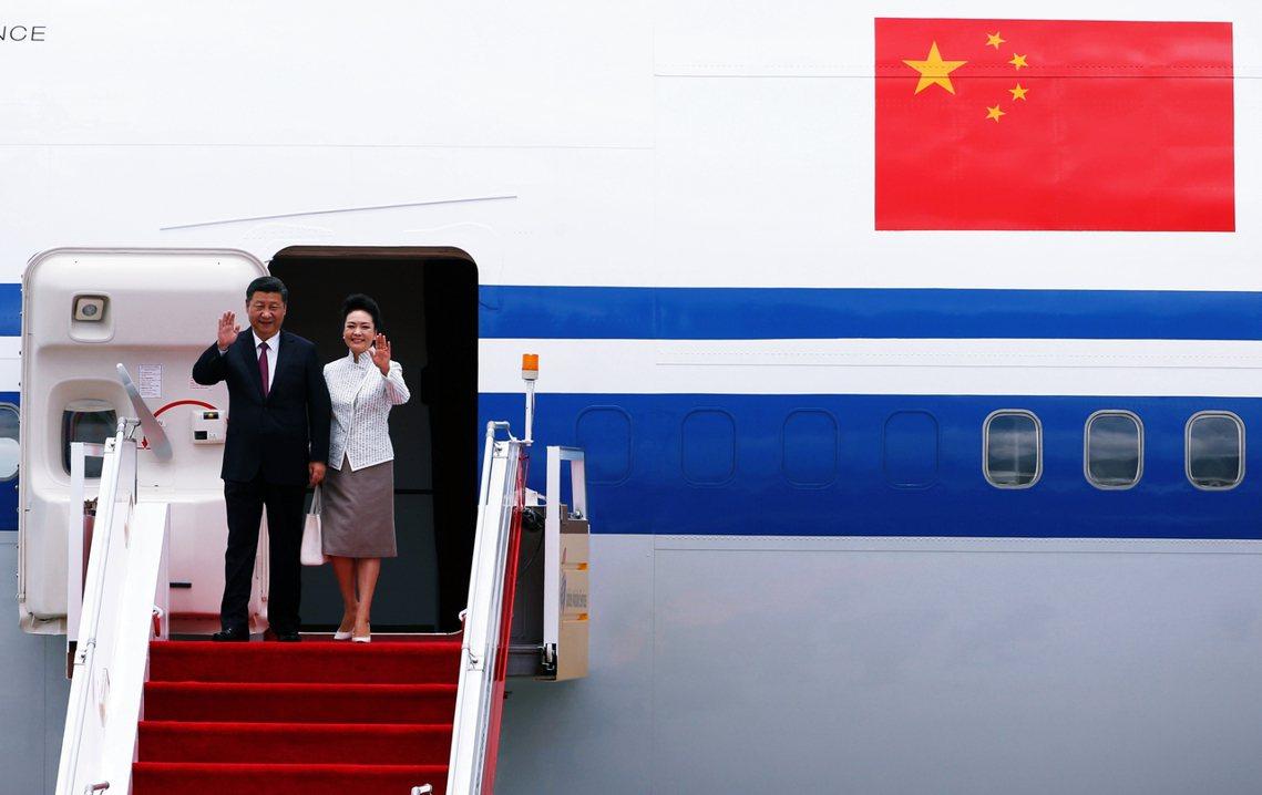 日本外務省認為,全球疫情應該還會持續一段時間。但天皇夫婦在4~6月間有英國的訪問...