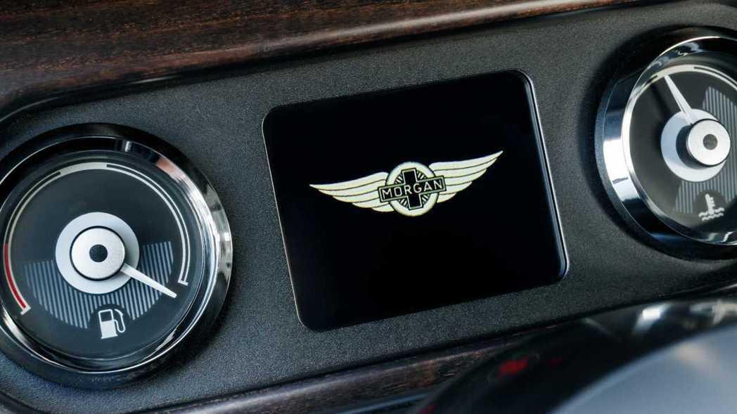 儀錶板中央也安裝了液晶顯示幕。 摘自Morgan