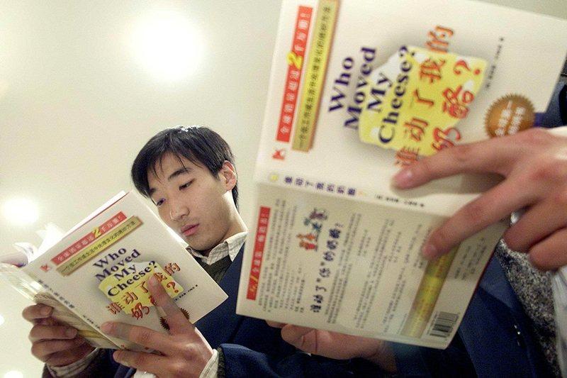 暢銷書《誰搬走了我的乳酪?》主旨是在勸人遭裁員時不要抱怨。 圖/法新社