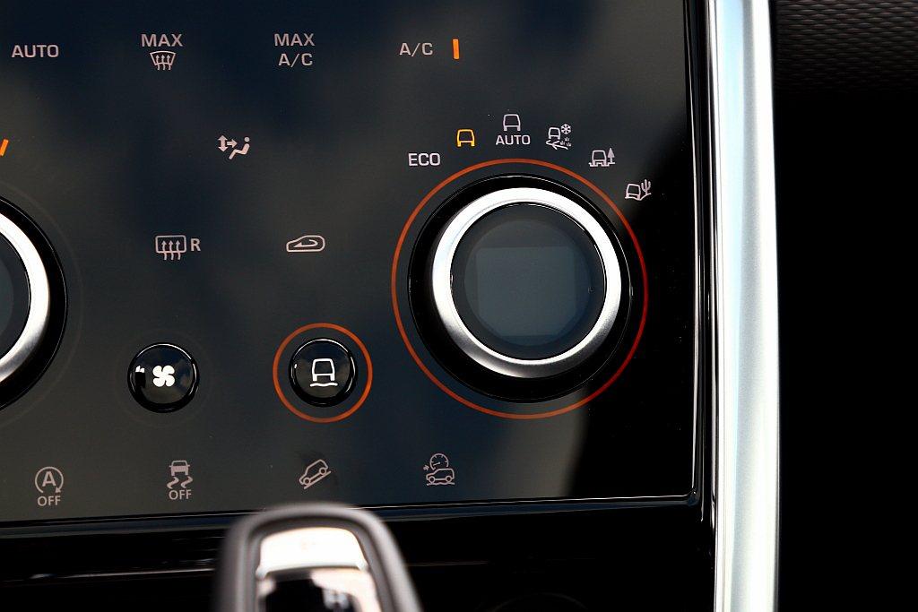 透過面板的專屬按鈕切換後,就能讓右側空調旋鈕改變為Terrain Respons...