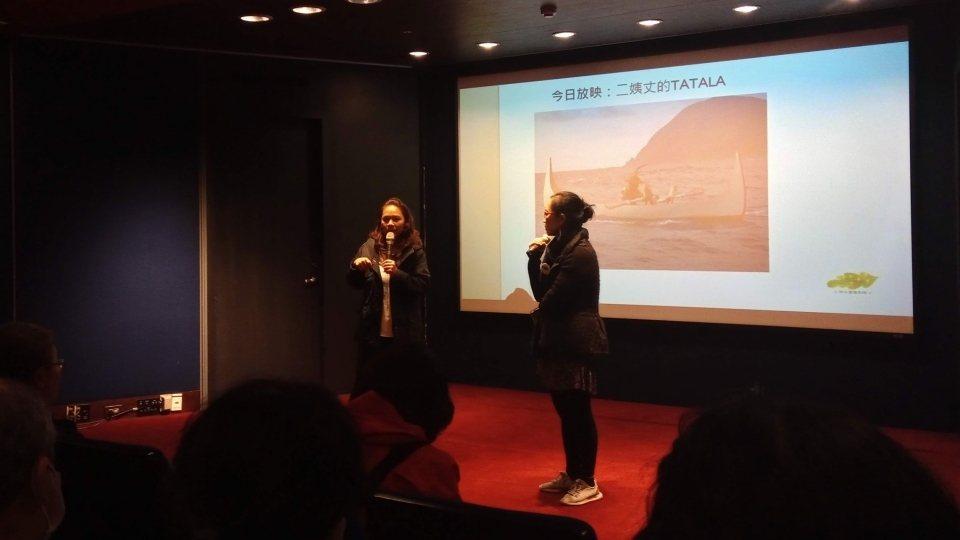 江薇玲導演(左)專程從蘭嶼飛來台北接受映後訪談@本文作者拍攝