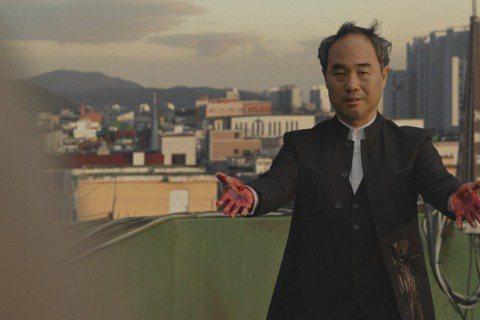 南韓新冠肺炎案例近來激增,被認為跟「新天地教會」脫離不了關係,該教會甚至被形容是邪教,無巧不巧在熱播韓劇「無人知曉」中也出現教會捲進殺人案的劇情,意外和時事有所結合。主演金瑞亨因演出「SYK 天空之...