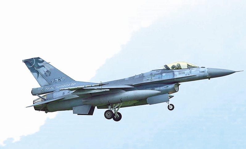 飛官吳彥霆參加漢光演習,駕駛編號6685的F-16戰機不幸撞山罹難,圖為民眾拍到編號6685演習畫面。圖/陳姓飛行迷提供