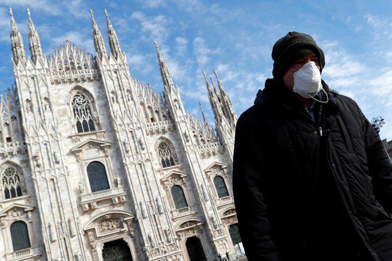 全球各國針對新冠肺炎祭出防疫措施。圖為義大利路人行經米蘭大教堂。路透