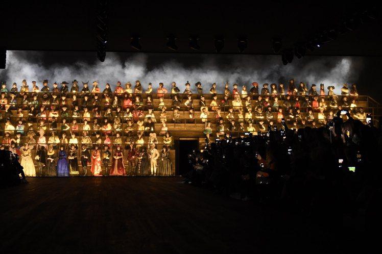 氣勢磅礡的200人合唱團呼應了2020秋冬宮廷風,華麗炫目。圖/LV提供