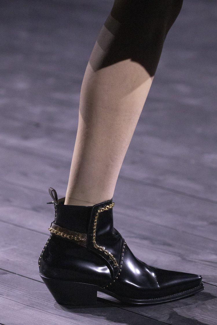 靈感來自路易十四高跟鞋的鞋履,賦予當代新貌。圖/LV提供
