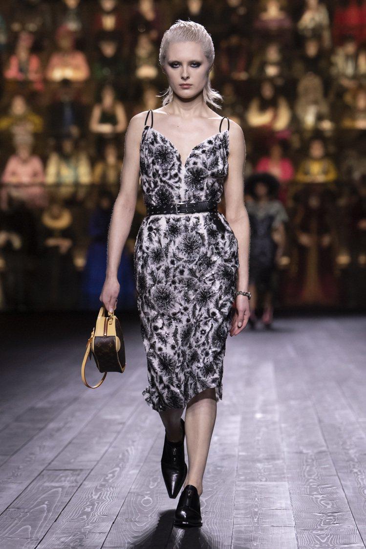 細緻的串珠、刺繡洋溢巴洛克的浮華調性。圖/LV提供