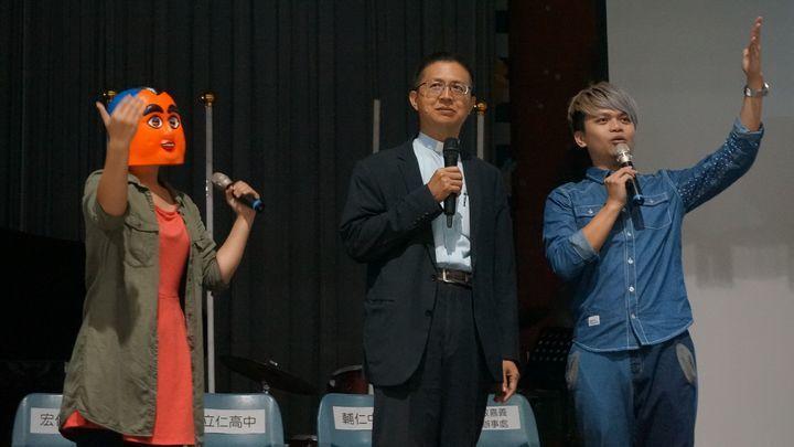本名蔡緯嘉的蔡阿嘎(右)4年前回母校嘉義市天主教輔仁中學演講。圖/輔中提供