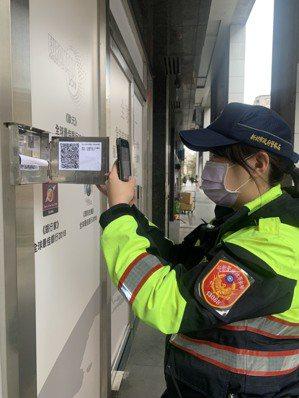 新北市警局配合市長侯友宜「科技防衛城」政策,推動「科技建警」,由基層員警簽巡巡邏箱使用QR碼,目前為第一階段試辦,擇定從板橋、汐止兩個警分局先行試辦。 圖/警方提供