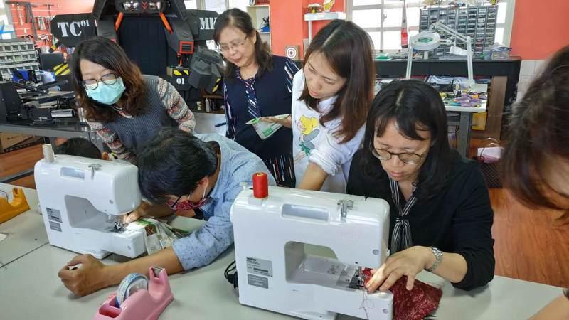 台中市豐原區富春國小自造教育及科技中心教老師們自製口罩套,延長口罩壽命。圖/富春國小提供