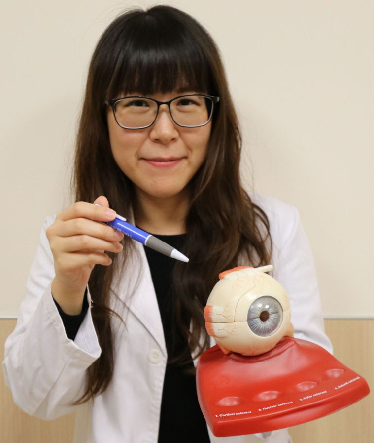 亞大醫院眼科部主治醫師顧蔚寧指出眼外肌肥厚位置。圖/亞大醫院提供