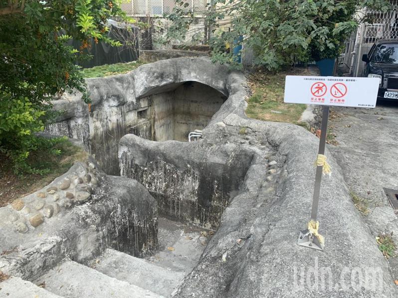 台南市新化區大目降文化園區保留一座日據時期防空洞,當年保管的老刑事出面說是「民防指揮所」,並非防空洞。記者吳淑玲/攝影