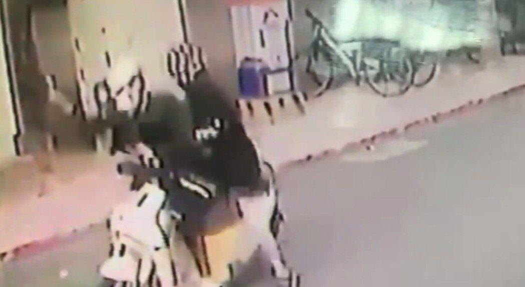 蔡阿嘎和妻子3日中午遭不明人士攻擊。記者蕭雅娟/翻攝