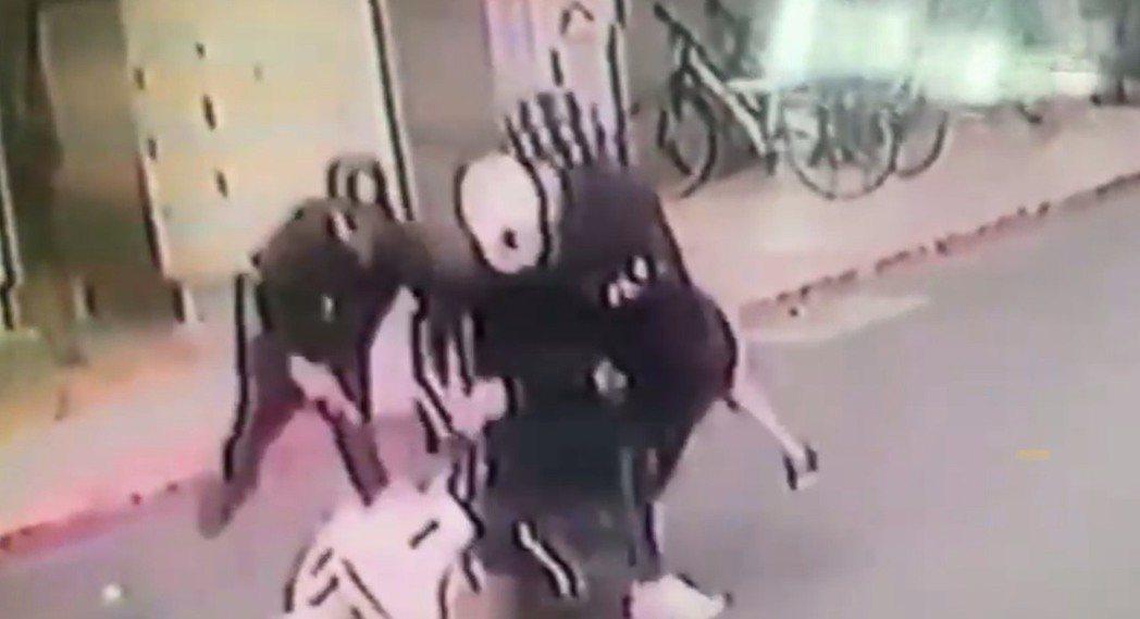 蔡阿嘎和妻子遭不明人士攻擊。記者蕭雅娟/翻攝
