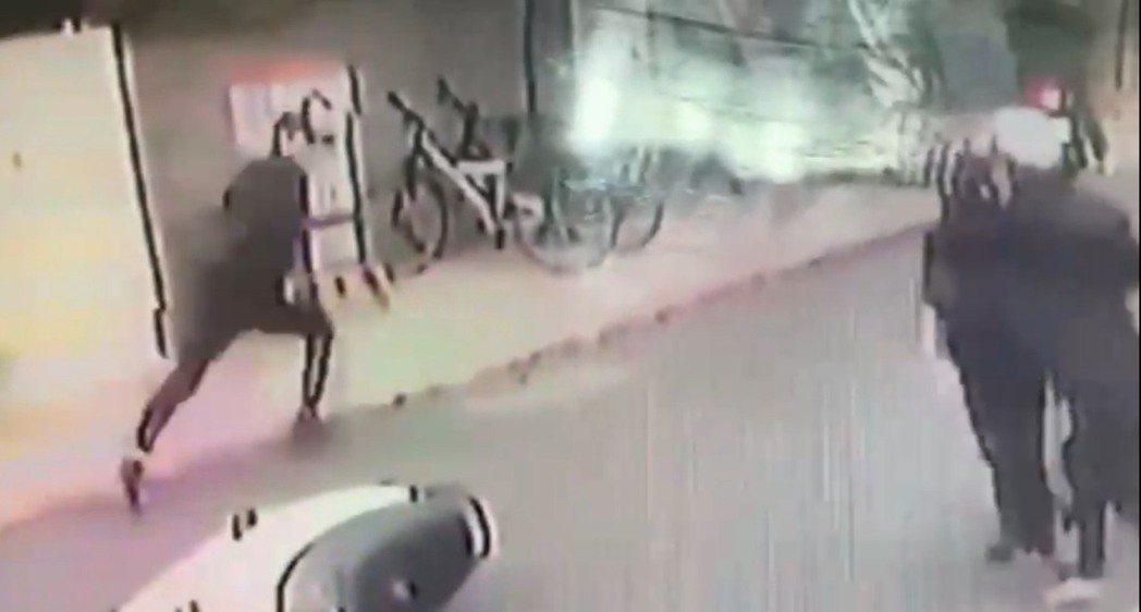 歹徒犯案後奔跑逃逸至少4公里。記者蕭雅娟/翻攝