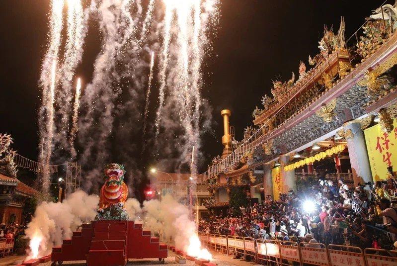 大龍峒保安宮「保生文化祭」的「放火獅」場面壯觀。  聯合報系資料照/記者胡經周攝影