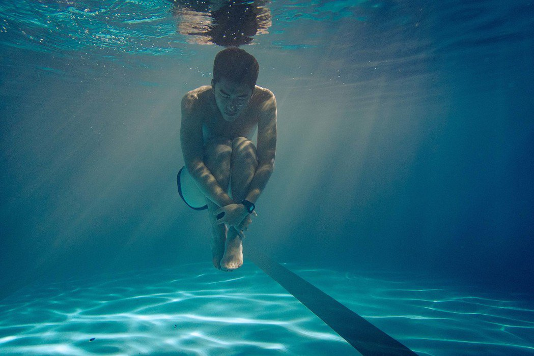 新生代演員曾敬驊,非常喜歡任何水上運動,在水裡拍攝感覺自由自在。圖/氧氣電影提供