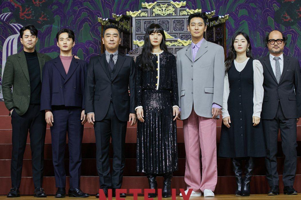 「李屍朝鮮」第二季主要演員全錫浩(左起)、金聖圭、柳承龍、裴斗娜、朱智勛、金慧峻
