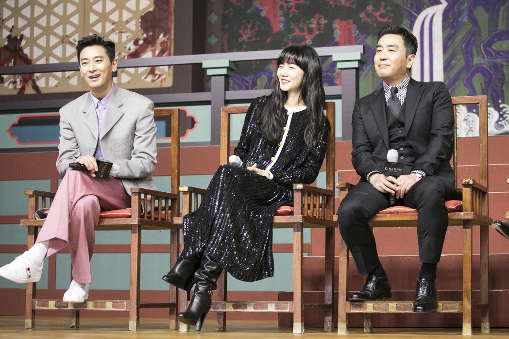 朱智勳(左起)、裴斗娜與柳承龍今天出席「李屍朝鮮」第二季新戲記者會。圖/Netf...