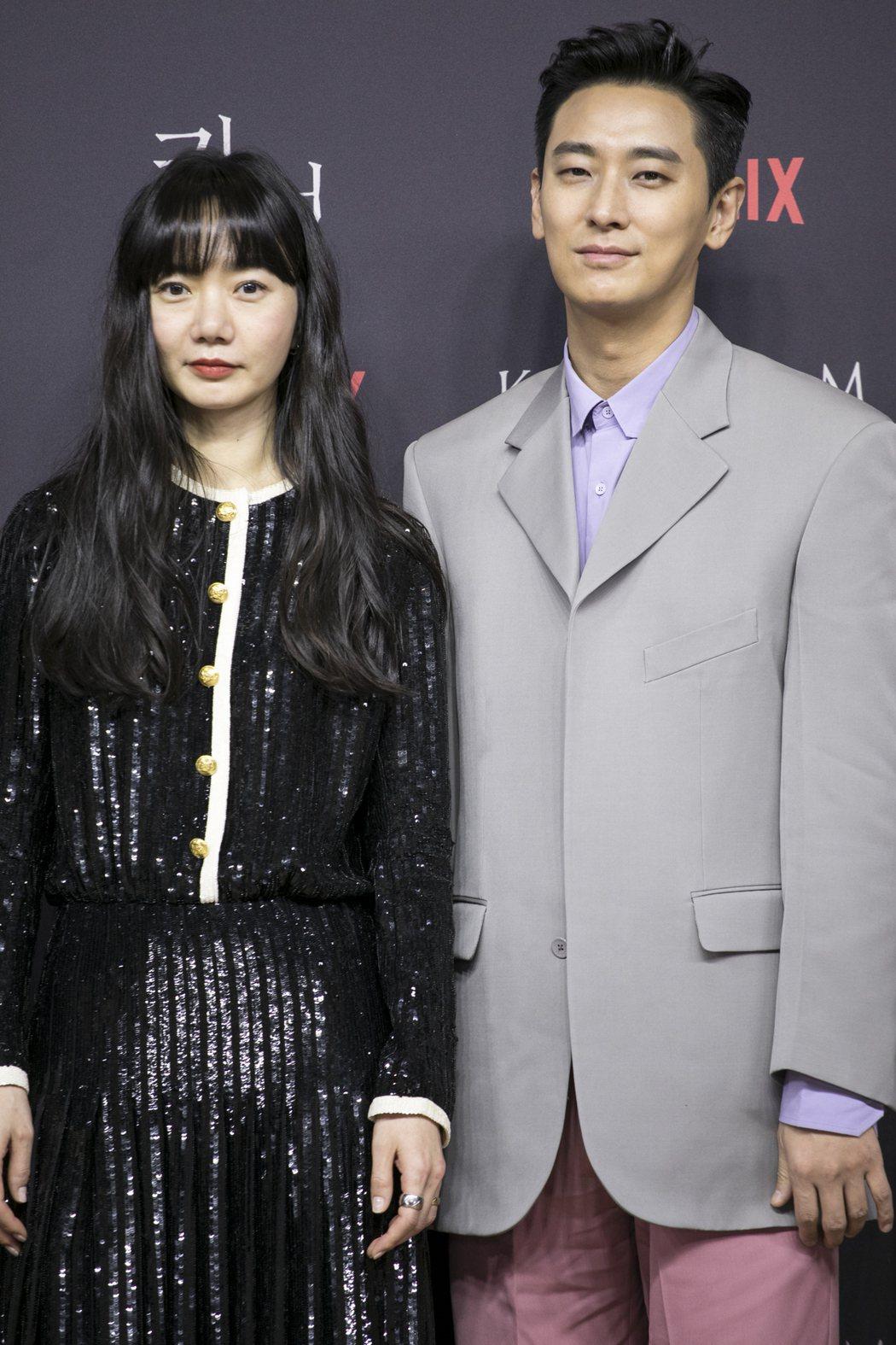 裴斗娜(左)與朱智勳今天出席「李屍朝鮮」第二季新戲記者會。圖/Netflix提供